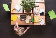 Hombre de negocios que trabaja en oficina Foto de archivo