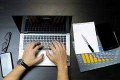 Hombre de negocios que trabaja en una computadora portátil foto de archivo libre de regalías