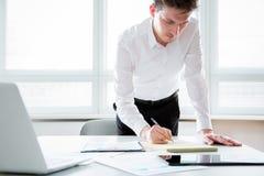 Hombre de negocios que trabaja en una oficina Imagen de archivo