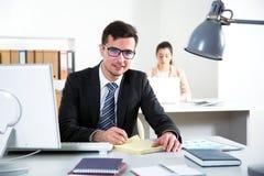 Hombre de negocios que trabaja en una oficina Foto de archivo