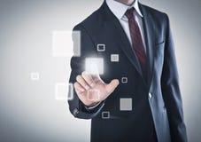 Hombre de negocios que trabaja en una pantalla táctil Foto de archivo libre de regalías