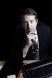 Hombre de negocios que trabaja tarde en la noche Imagen de archivo