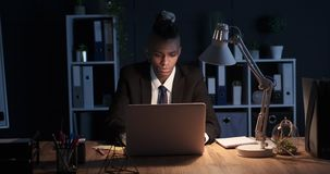 Hombre de negocios que trabaja tarde en oficina de la noche