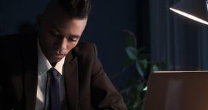 Hombre de negocios que trabaja tarde en oficina