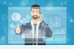 Hombre de negocios que trabaja usando medios espacio de trabajo virtual del interfaz Sirva el tablero de instrumentos financiero  Fotografía de archivo libre de regalías