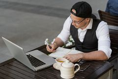Hombre de negocios que trabaja y que toma notas al aire libre foto de archivo libre de regalías