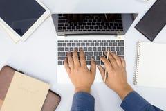 Hombre de negocios que usa el ordenador portátil del ordenador y la otra oficina imagenes de archivo