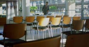 Hombre de negocios que usa el ordenador portátil en una oficina moderna 4k almacen de video