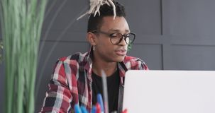 Hombre de negocios que usa el ordenador portátil para la videoconferencia