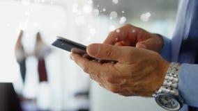 Hombre de negocios que usa el teléfono móvil rodeado por el efecto blanco de las burbujas