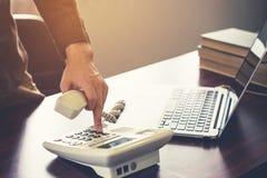 Hombre de negocios que usa el teléfono y el ordenador portátil en la oficina Vintage t Imagen de archivo libre de regalías