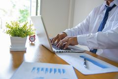 Hombre de negocios que usa la computadora portátil Fotografía de archivo