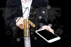 Hombre de negocios que usa la exposición doble del teléfono elegante con gra del negocio Imagen de archivo