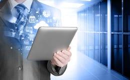 Hombre de negocios que usa la PC de la tablilla Imagen de archivo libre de regalías