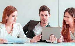 Hombre de negocios que usa la tableta en sitio de reunión de negocios imagen de archivo
