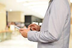 Hombre de negocios que usa la tableta móvil en el edificio moderno del negocio fotografía de archivo libre de regalías