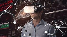 Hombre de negocios que usa las auriculares de la realidad virtual rodeadas por las moléculas