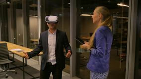 Hombre de negocios que usa los vidrios 3d para la excursión o el viaje virtual en ciudad extranjera de la noche metrajes