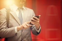 Hombre de negocios que usa smartphone Fotografía de archivo libre de regalías