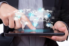 Hombre de negocios que usa un dispositivo de la pantalla táctil Fotografía de archivo libre de regalías