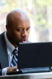 Hombre de negocios que usa una computadora portátil Fotos de archivo