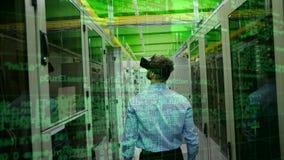 Hombre de negocios que usa VR con el servidor y datos
