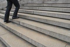 Hombre de negocios que va para arriba escaleras Imagen de archivo