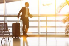 Hombre de negocios que viaja en el aeropuerto en verano imágenes de archivo libres de regalías