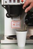 Hombre de negocios que vierte un café Imágenes de archivo libres de regalías
