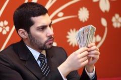 Hombre de negocios árabe con los billetes de dólar Foto de archivo