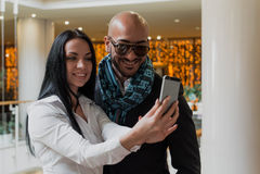 Hombre de negocios árabe y muchacha que hacen el selfie Imagen de archivo