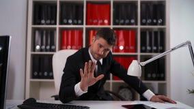 Hombre de negocios Rejecting su oferta almacen de metraje de vídeo