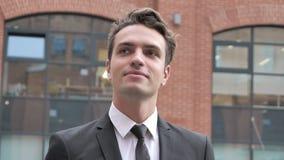 Hombre de negocios relajado Walking Near Office en un buen humor almacen de metraje de vídeo
