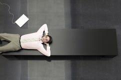 Hombre de negocios Relaxing On Bench en oficina imágenes de archivo libres de regalías