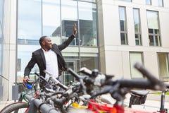 Hombre de negocios respetuoso del medio ambiente con la bicicleta imagenes de archivo