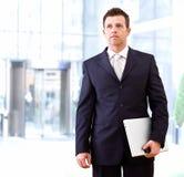 Hombre de negocios resuelto al aire libre Imagen de archivo libre de regalías