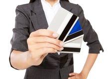 Hombre de negocios rico que sostiene muchas tarjetas de crédito Fotos de archivo