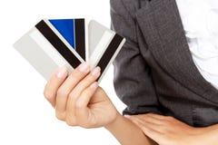 Hombre de negocios rico que sostiene muchas tarjetas de crédito Foto de archivo libre de regalías