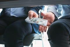Hombre de negocios rico resuelto que da un soborno foto de archivo libre de regalías