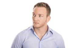Hombre de negocios rubio joven aislado pensativo e infeliz en shi azul imagenes de archivo