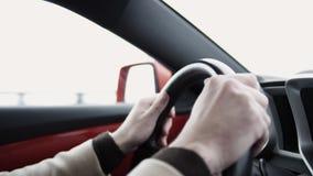 Hombre de negocios satisfecho joven que conduce el coche en la autopista el día de invierno almacen de metraje de vídeo