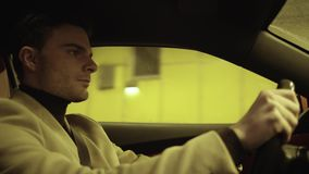 Hombre de negocios satisfecho joven que conduce el coche en túnel subterráneo almacen de video