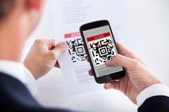 Hombre de negocios Scanning un código de barras imágenes de archivo libres de regalías