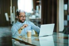 Hombre de negocios serio en el trabajo Fotos de archivo