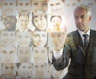 Hombre de negocios serio que elige a los empleados futuros foto de archivo libre de regalías