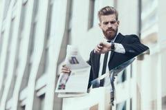 Hombre de negocios serio Reading Newspaper Outdoor foto de archivo libre de regalías