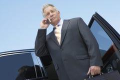 Hombre de negocios serio Using Cellphone imagen de archivo libre de regalías
