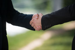 Hombre de negocios Shaking Hands Outside la oficina foto de archivo libre de regalías