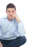 Hombre de negocios Sitting en el piso mientras que mira para arriba Imagen de archivo