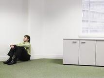 Hombre de negocios Sitting On Floor en esquina en la oficina Fotos de archivo